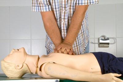 Reanimation ist ein grundlegender Teil der Rettungssanitäterprüfung.