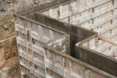 Wenn das Fundament freigelegt wurde, können Sie die Kellerwand trockenlegen.