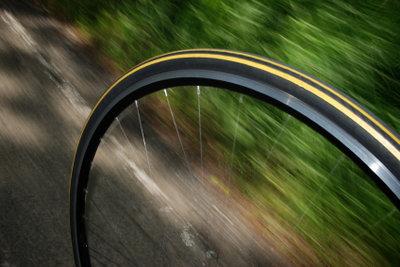 Besonders bei einem Rennrad sollten Sie den Reifendruck regelmäßig messen..