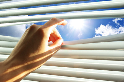 Je weniger Sonnenlicht eindringt, desto kühler bleibt es im Raum.