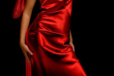 Ein rotes Kleid wirkt am besten mit den passenden Schuhen.