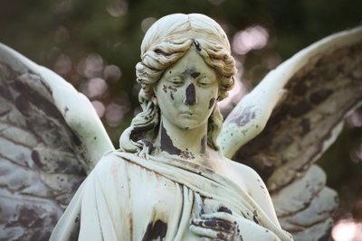 Die Grabpflege im Winter kann auch den winterharten Engel beinhalten.