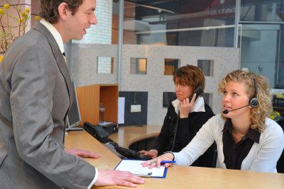 Geben Sie Ihre Bewerbung persönlich beim Arbeitgeber ab.
