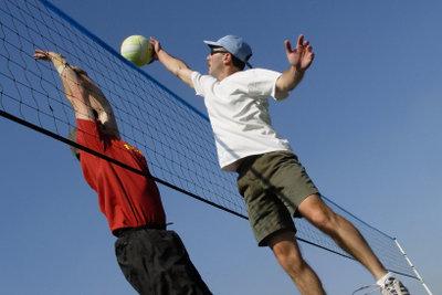 Ordentliches Dehnen gehört zum Aufwärmen vorm Volleyball spielen.