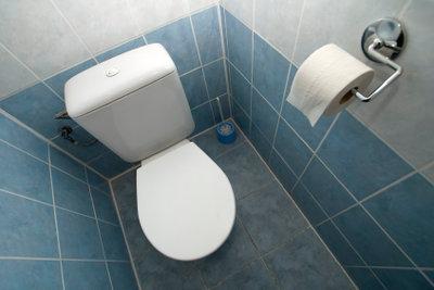 Der Spülkasten der Toilette sollte regelmäßig entkalkt werden.