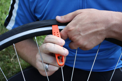 Reifenheber können einem das Aufziehen eines Reifens am Fahrrad erheblich erleichtern.