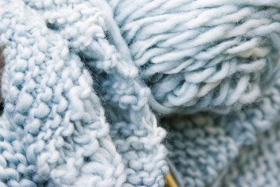 Ein flauschiger Schal fusselt oft aufgrund seiner sehr feinen und kurzen Fasern.