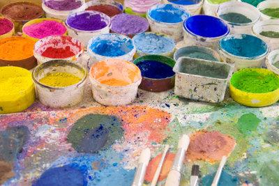 Mit Tempera-Farbpulver können Sie Stofffarbe leicht selber herstellen.