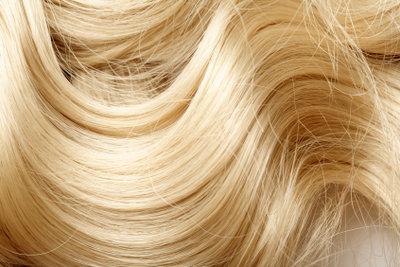 Haartönung gelingt am besten, wenn man sie mit einem Pinsel aufträgt.