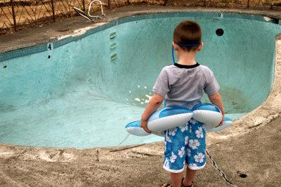 Schön badet es sich nur ohne Loch im Pool.