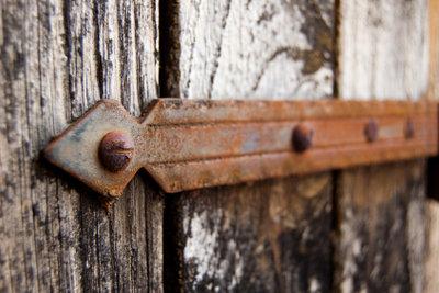 Verrostete Schrauben bereiten selbst erfahrenen Heimwerken oftmals Schwierigkeiten.