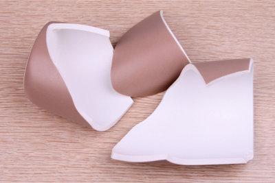 Eine kaputte Tasse können Sie mit Porzellankleber retten.