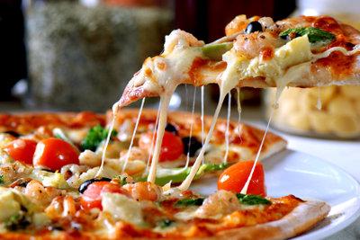 Pizza mit Käserand können Sie einfach selber machen.