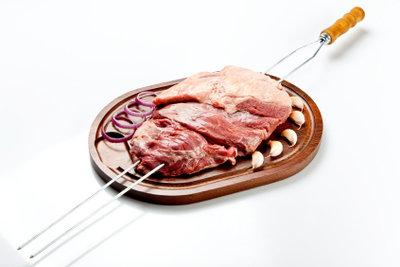 Ein Rollbraten vom Grill schmeckt köstlich.