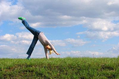 Lernen Sie als Anfänger im Freerunning zunächst einfache Übungen in einer sicheren Umgebung.