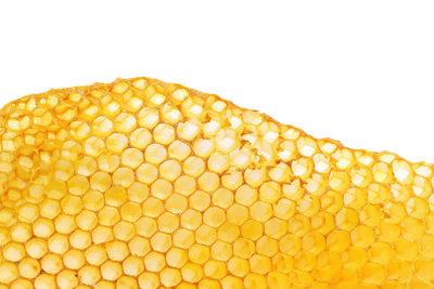 So lassen sich aus Bienenwachsplatten Christbaumanhänger ausstechen.