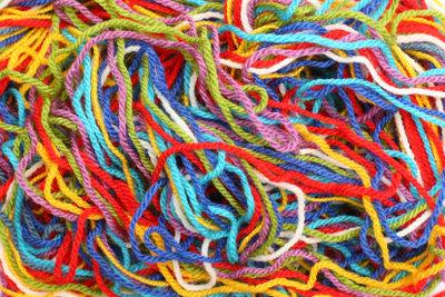 Kunterbunte Wolle ergibt fröhliche Armstulpen mit Daumenloch.