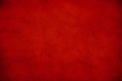 Rot ist die neue Trendfarbe. Doch nicht jedes T-Shirt passt zu einer roten Hosen.