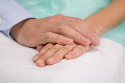 Schöne Hände ohne Längsrillen in den Fingernägeln.
