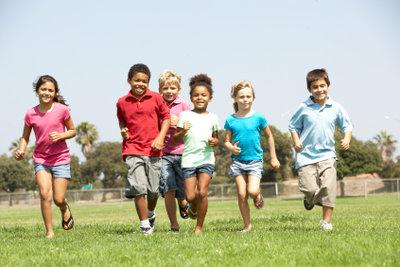 Schnitzeljagd ist ein Spaß für große und kleine Kinder.