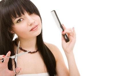 Für einen Stufenschnitt müssen Sie sich von einem Teil Ihrer Haare trennen.