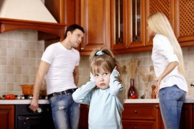Nach der Scheidung müssen Eltern die Versorgung des Kindes sichern - durch Natural- und Barunterhalt.