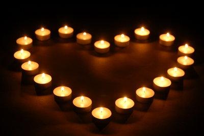 Romantische Überraschungen im Alltag erhalten die Liebe.
