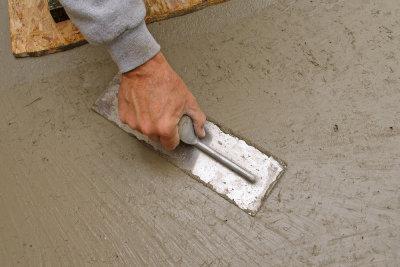 Einbetonierter Bodenanker als stabiles Fundament für schwere Konstruktionen.