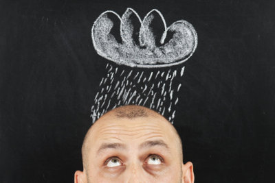 Geheimratsecken mit Haarausfall müssen nicht sein - mit Vorsorge bekämpfen Sie diese am besten!
