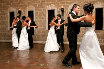 Um den Walzer gekonnt tanzen zu können, müssen Sie die richtigen Walzerschritte lernen!