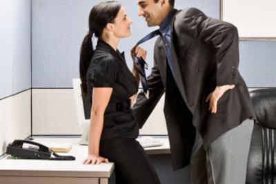 Zeigen Sie Eigeninitiative und gewinnen Sie einen schüchternen Mann für sich.