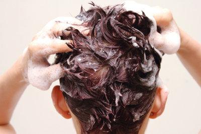Ständig fettige Haare benötigen eine sanfte Pflege.