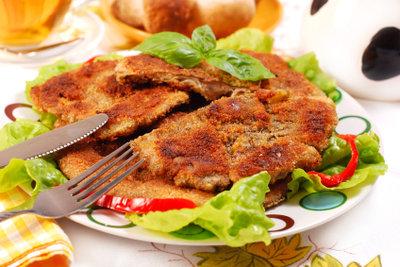 Kotelett schmeckt mit verschiedenen Beilagen.