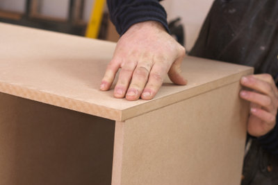 Schreibtischplatten können Sie selbst mit einer MDF-Platte bauen
