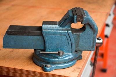 Eine selbst gebaute Werkbank ist eine solide Arbeitsunterlage für Ihre Werkstücke.