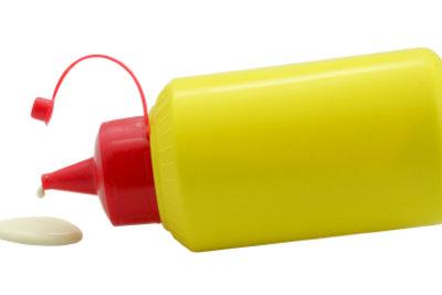 Zweikomponentenkleber wird in zwei Tuben geliefert.