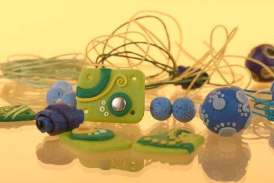 Ohrringe, Ketten und Ringe: So einfach basteln Sie Schmuck aus Fimo!