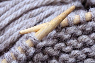 Strickkleider gelingen in einfachen Mustern auch Anfängern.