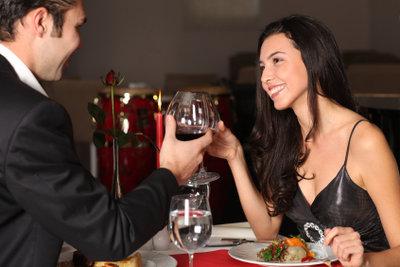 Stimmungsvolles Kerzenlicht und romantische Musik sind die besten Startbedingungen für ein Date.