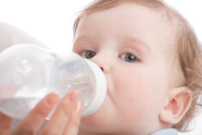 Babyfläschchen sollte man vor jeder Anwendung gründlich sterilisieren.