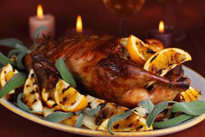 Ente mit einer Füllung aus Trockenfrüchten eignet sich fabelhaft als Weihnachtsbraten.