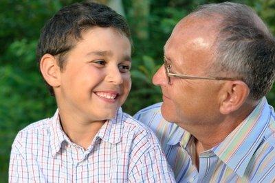 Auch Opa und Enkel können Übungen zum Gedächtnistraining spielen.