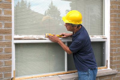 Manchmal ist es besser, das Erneuern des Fensterkitts einem Fachmann zu überlassen.