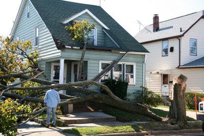 Melden Sie den Versicherungsschaden richtig an, ist der Sturmschaden schnell beseitigt.
