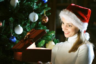 Weihnachten feiern mit einer schönen Weihnachtskrippe unter dem Baum ist erlebte Kindheit.