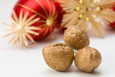 Goldene Nüsse schmücken den Baum zu Weihnachten.