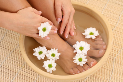 Zur Fußpflege gehört immer auch das Entfernen von Hornhaut.