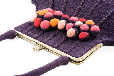 Durch Filzen in der Waschmaschine kann man wunderschöne Taschen selber machen.