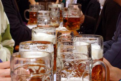 Unzählige Maß Bier trägt ein Kellner auf dem Oktoberfest.