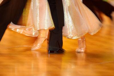 Lernen Sie einige einfache Tanzschritte, und Sie fegen im Walzer übers Parkett!